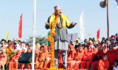 Satpalji Maharaj addressing the first day of the Sadhbhavna Sammelan
